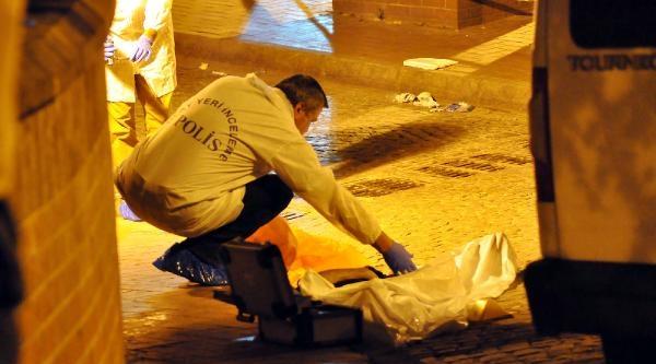 Kumkapı'da Sokak Ortasında Bıçaklanarak Öldürüldü