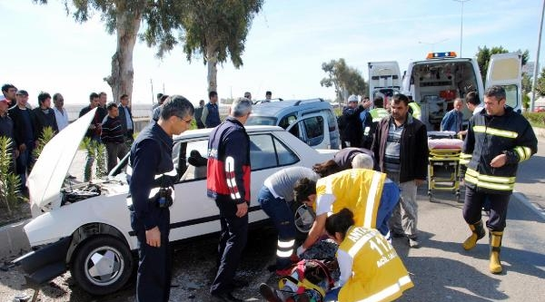 Kumluca'da 2 Otomobil Çarpişti: 2 Yaralı