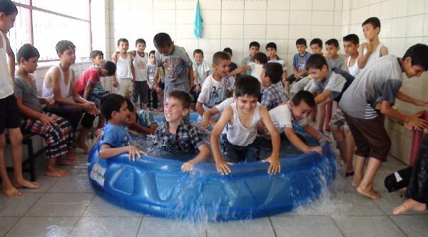 Kuran Kursu Öğrencileri Plastik Havuzda Serinliyor