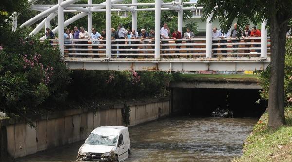 Kurbağalıdere'de Suya Gömülen Araçlar Kuırtarıldı