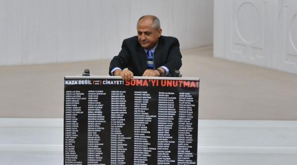 Kürsüye 301 Madencinin İsminin Yazılı Olduğu Pankart Astı