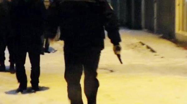 Kurusiki Tabancayla Ateş Açti, Polisten Kaçarken Bayildi