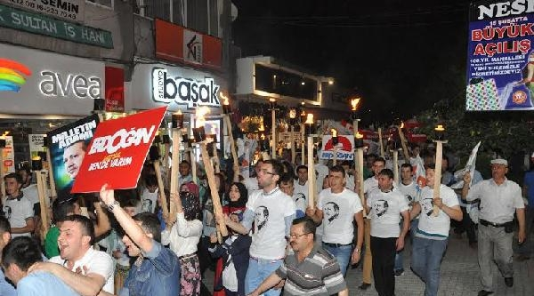 Kütahya'da Ak Partililer Erdoğan İçin Meşalelerle Yürüdü