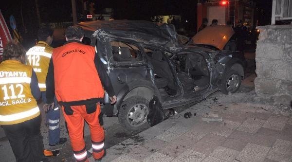 Kütahya'da Cezaevi Duvarina Çarpan Araçta 3 Kişi Öldü 1 Kişi Yaralandi