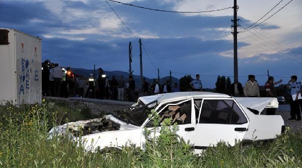 Kütahya'da Yük Treni Otomobile Çarpti: 3 Yaralı