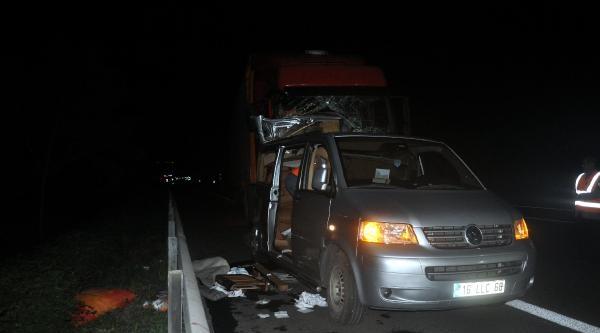 Lastiği Patladığı İçin Duran Minibüse Tır Çarpti: 2 Ölü, 1 Yaralı