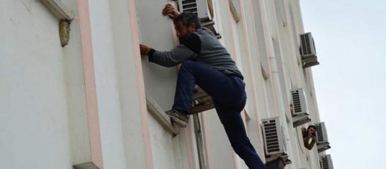 Linç etmek için duvara tırmandılar!
