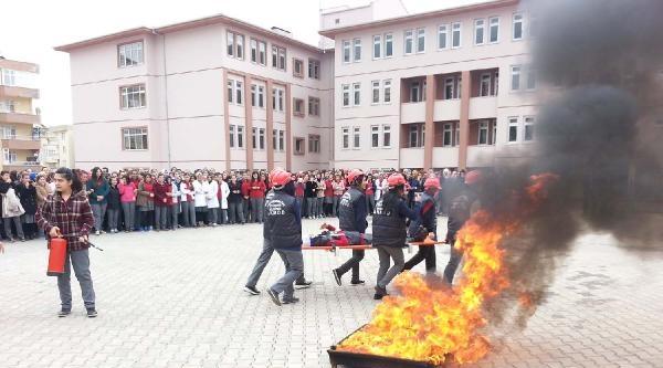 Lise Öğrencilerine Yangın Söndürme Tatbikatı