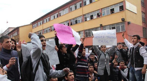 Liseliler Bıçaklanan Öğretmen İçin Eylem Yaptı