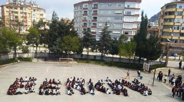 Liseliler Okul Bahçesine Oturarak 'berkin' Yazdı