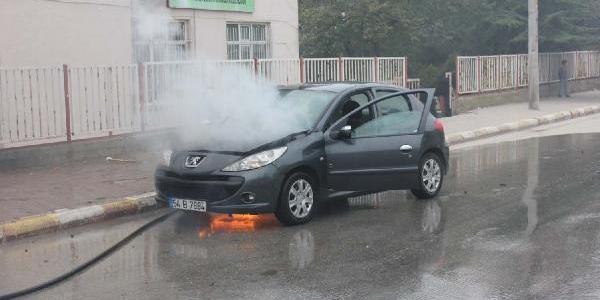 Lpg'li Otomobili Tamamen Yanmaktan Son Anda Kurtardilar