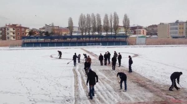 Maçtan Önce Karla Kapli Sahayi Temizlediler
