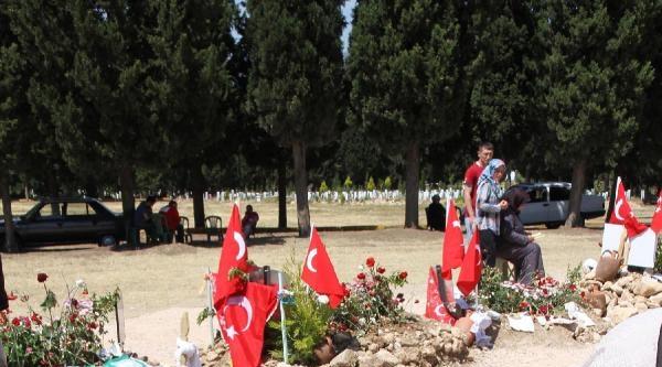 Madende Ölen Eşinin Mezarı Başında Gözyaşı Döktü