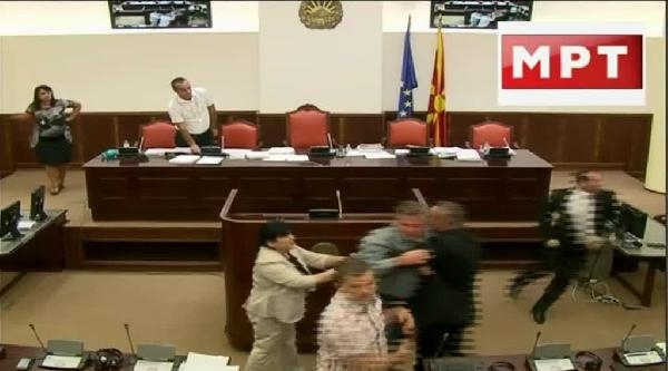 Makedonya Meclisinde Milletvekilleri Yumruk Yumruğa Kavga Etti