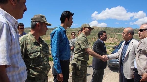 Maliye Bakanı 'vergisiz' Anlamına Gelen Köyün Kürtçe Tabelasını Kendisi Astı