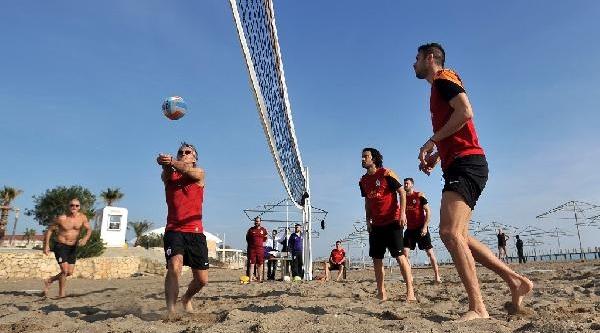 Mancini Ve Futbolculari Plaj Voleybolunda Hünerlerini Sergiledi