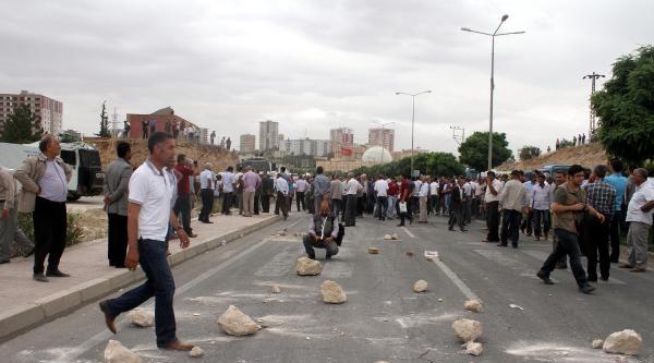 Mardin'de Çiftçiler Dedaş Binasını Taşladı