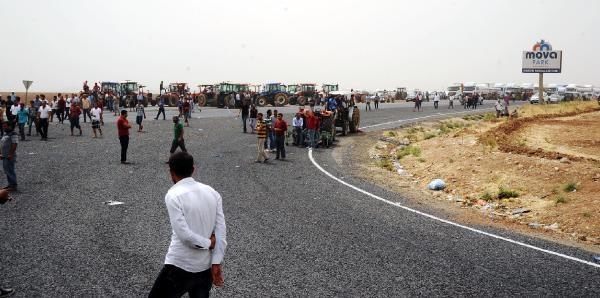 Mardin'de Çiftçiler, Traktörlerle İpek Yolunu Trafiğe Kapattı (2)