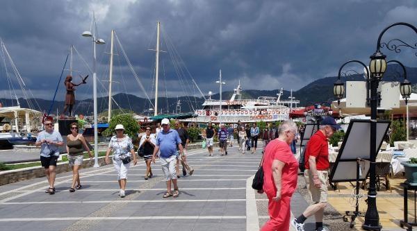 Marmaris'e 2 Dev Gemiyle 3442 Turist Geldi