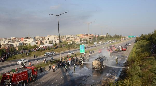 Mazot Yüklü Tankerler Otoyolda Çarpişti; 1 Ölü - Ek Fotoğraf