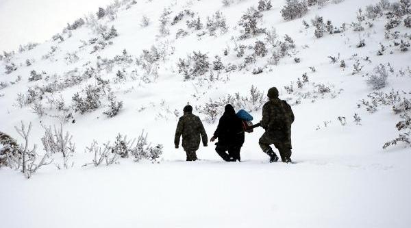 Mehmetçik Karda Mahsur Kalanlari Kurtardi