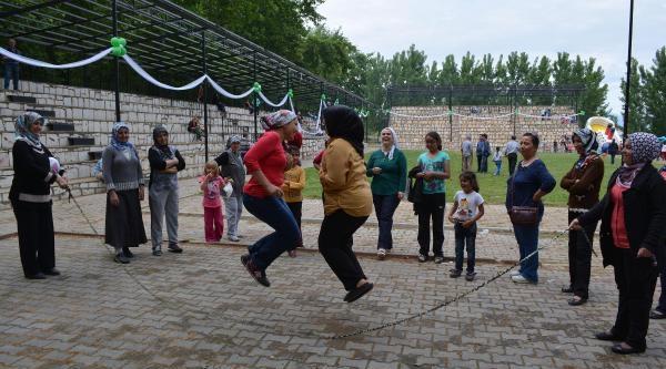 Mermer Fabrikası Çalişanlari, 1 Mayıs'ı Piknikte Kutladı