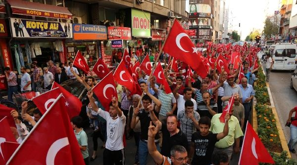 Mersin'de Bayrağa Saygı Yürüyüşü