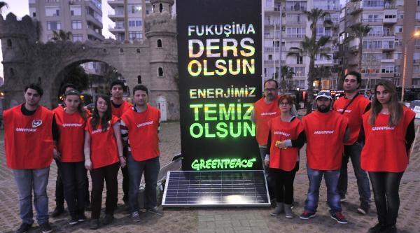 Mersin'de, Greenpeace Nükleere Karşı Işikli Dev Pankart Açtı