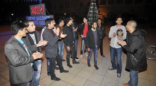 Mersinliler Salsa Yapip Dansöz Oynatti, Suriyeliler Hasret Şarkilari Söyledi