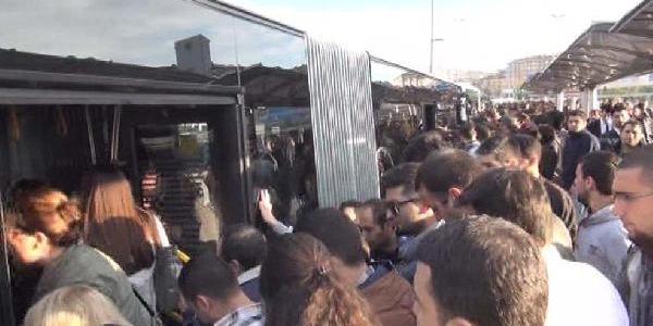 Metrobüs Arizalandi Yoğunluk Yaşandi