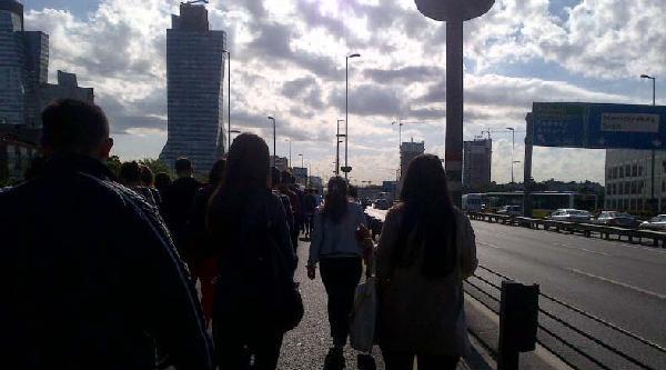 Metrobüs Bozuldu Vatandaşlar Yürüdü