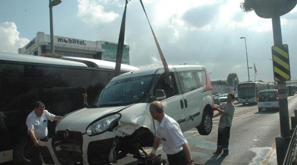 Metrobüs Yolunda Hizmet Aracı Kaza Yaptı