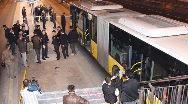 Metrobüste Yaşanan Kavgada Biri Polis Iki Kişi Yaralandi