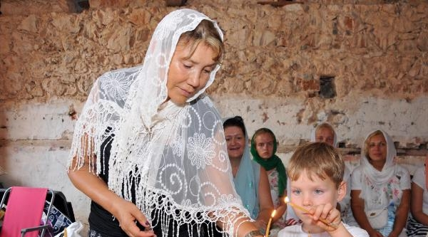 Metropolit Trambas'a Kilisede Doğum Günü Sürprizi