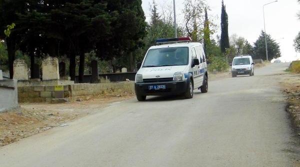 Mezarlikta Kuran Okuyan Imam, Maganda Kurşunuyla Yaralandi
