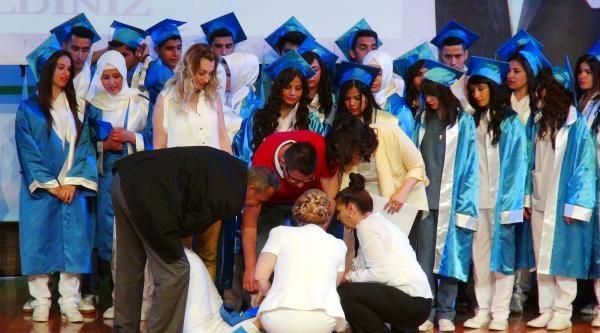 Mezuniyet Heyecanına Dayanamayan Öğrenci Sahnede Bayıldı