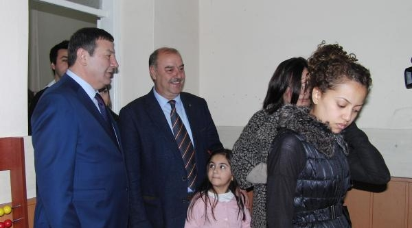Mhp İzmir Adayı Taşer, Oy Kullanmaya Torunuyla Geldi