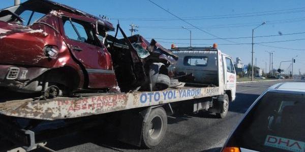 Mhp'li Başkanin Lastiği Patlayan Otomobili Altgeçide Düştü: 1 Ölü, 1 Yarali