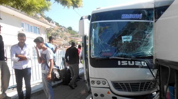 Midibüs Kırmızıda Bekleyen Otobüse Çarpti: 9 Yaralı
