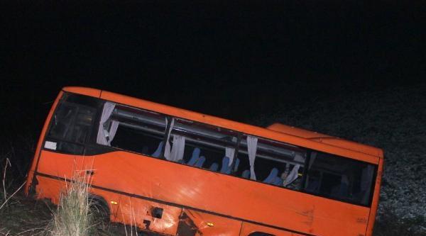 Midibüs Şarampole Uçtu 20 Yaralı