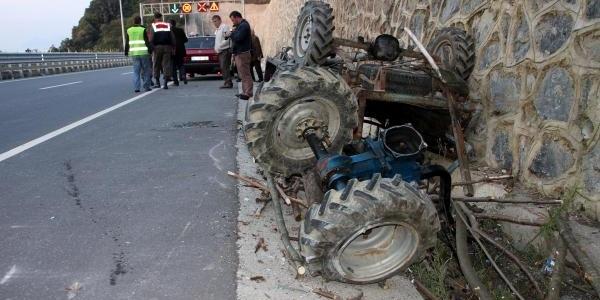 Midibüs Tarim Aracina Çarpti: 1 Ölü