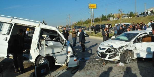 Midibüsle Otomobil Çarpişti: 1 Ölü, 2 Yarali