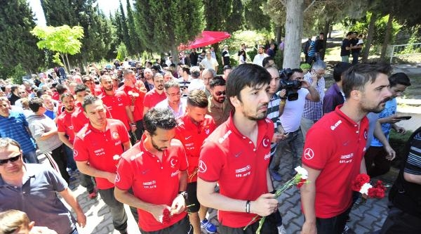 Milli Takım, Soma'da Milli Acıyı Paylaştı