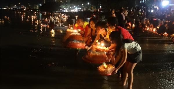 Milyonlarca Kişi Tayland'ta  Krathongu Kutladi