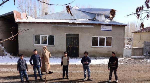Minaresi Yıkılan Camiye Cemaat Korkudan Giremiyor