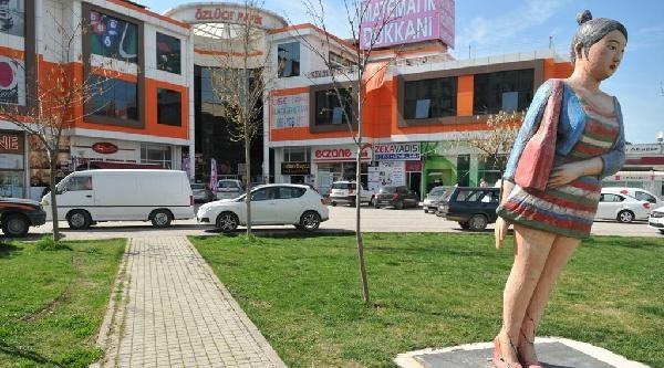 Mini Etekli Kadın Heykeline Saldırı İddiasi