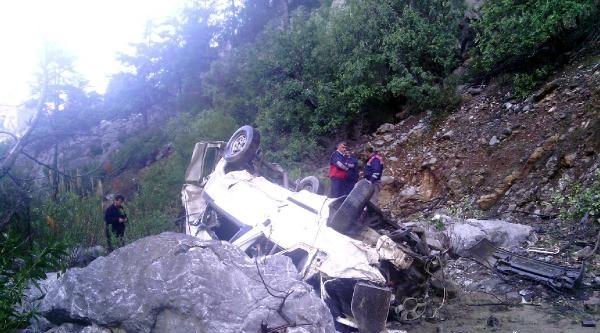 Minibüs 150 Metrelik Uçuruma Yuvarlandı, 2 Kişi Öldü
