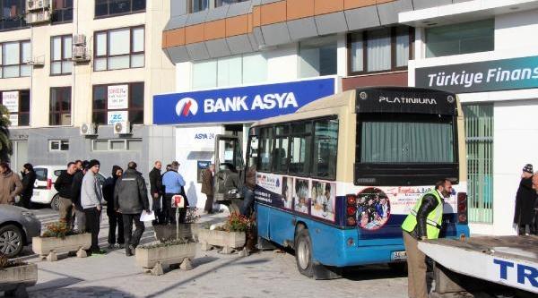 Minibüs Banka Şubesine Çarpti, 1'i Ağir 4 Yolcu Yaralandi