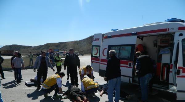 Minibüs İle Otomobil Çarpişti: 7 Yaralı
