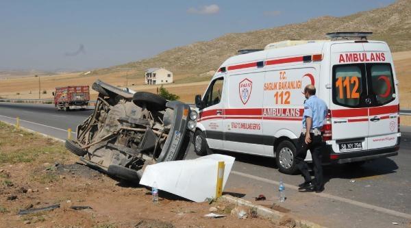 Minibüs Önündeki Otomobile Çarpti: 3 Yaralı